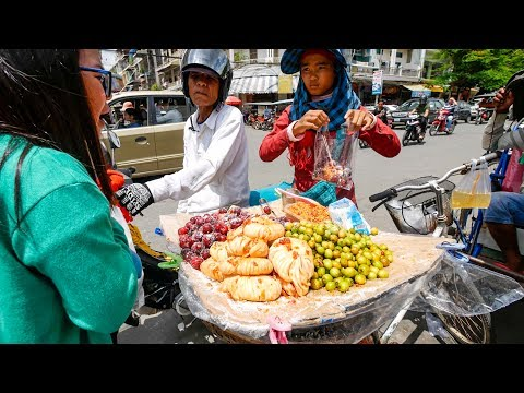 Cambodia Street Food - Authentic KHMER CURRY FEAST and Vietnamese Pho in Phnom Penh!
