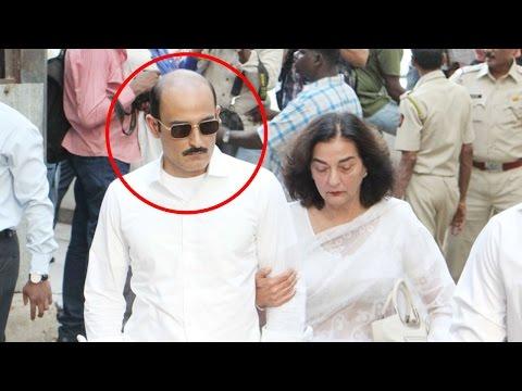 Akshaye Khanna looks UNRECOGNIZABLE at father Vinod Khanna's last rites