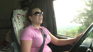 Sabrina dirige caminhão há mais de um ano