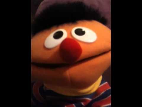 Ernie lacht
