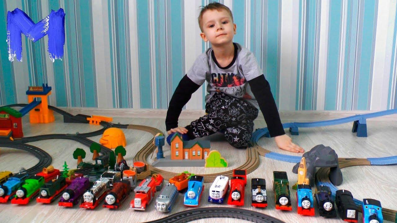 Томас и его друзья устроили покатушки на огромной железной дороге Видео про паровозики для детей