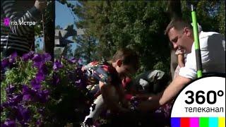 В Истре воспитанники реабилитационного центра высадили клумбу в городском парке