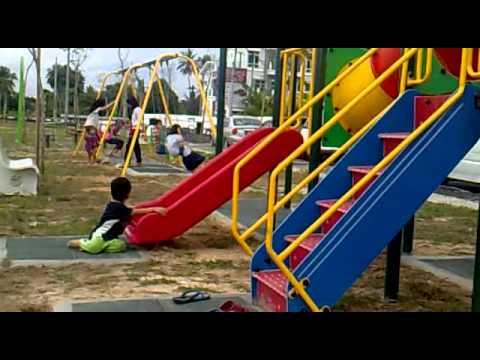 Haikal dan kakak bermain di taman permainan