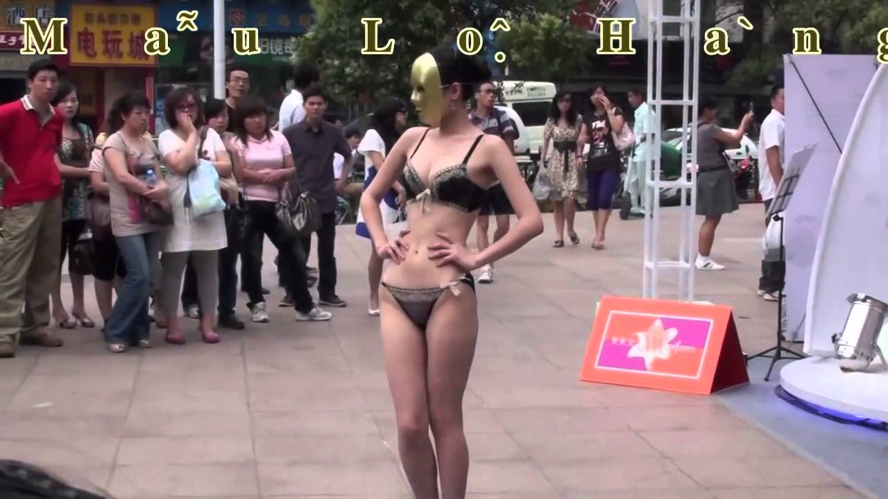 Người mẫu biểu diễn  thời trang đồ lót