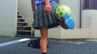 女子高生 vs サッカー部 リフティング対決!?凄すぎる女子高生