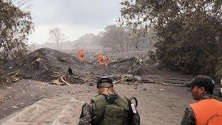 土砂の底に溶岩「気温70度も」 グアテマラ噴火の現場