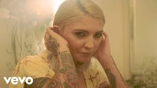 What A Time ft. Niall Horan (Official Video)  Song Available on Inner Monologue Part 1: https://JuliaMichaels.lnk.to/InnerMonologuePt1YD  Connect with Julia Michaels: https://www.facebook.com/Julia-Michaels https://twitter.com/imjmichaels https://www.instagram.com/juliamichaels/ http://www.juliamichaelsofficial.com/  Video Director: Boni Mata Video Producer: Enzo Marc for Roble Ridge LLC  Music video by Julia Michaels performing What A Time. © 2019 Republic Records, a division of UMG Recordings, Inc.  http://vevo.ly/rOgSh1