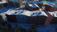 Helsingin Kuninkaantammeen rakennettu puukerrostalo ilmasta kuvattuna
