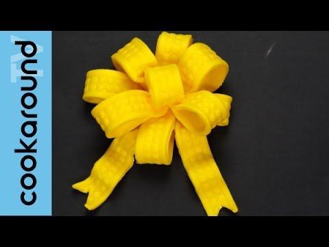 Decorazioni con pasta di zucchero una coccarda youtube for Pasta di zucchero decorazioni