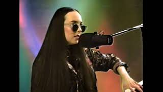 Смотреть клип Allie X - True Love Is Violent