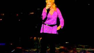"Trisha Yearwood forgets words ""Believe Me Baby I Lied"""