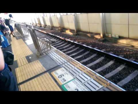 "Llegada del Shinkansen (tren de alta velocidad japonés o ""bala"") a la estación de Hiroshima. Ago-16"