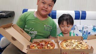 Trò chơi bé ăn Pizza, Tin và anh Hai ăn thử bánh Pizza Hut ✔ Kids Toy Media ✔