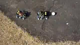 電池駆動の二匹の六足ロボでサッカー練習.