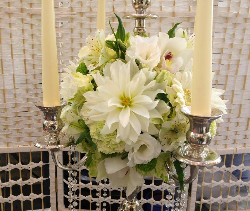 Kronleuchter Mit Blumen Dekoriert.