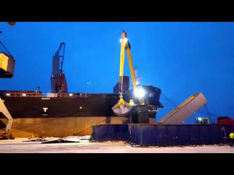 MultiDocker CH85C loading grain onto HANDYMAX vessel