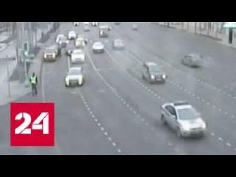 Пьяный лихач прокатил столичного инспектора на двери машины - Россия 24