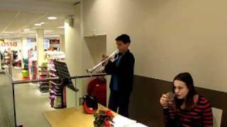 2010-12-19 Thijs speelt kerstliedjes op trompet  149.MOV