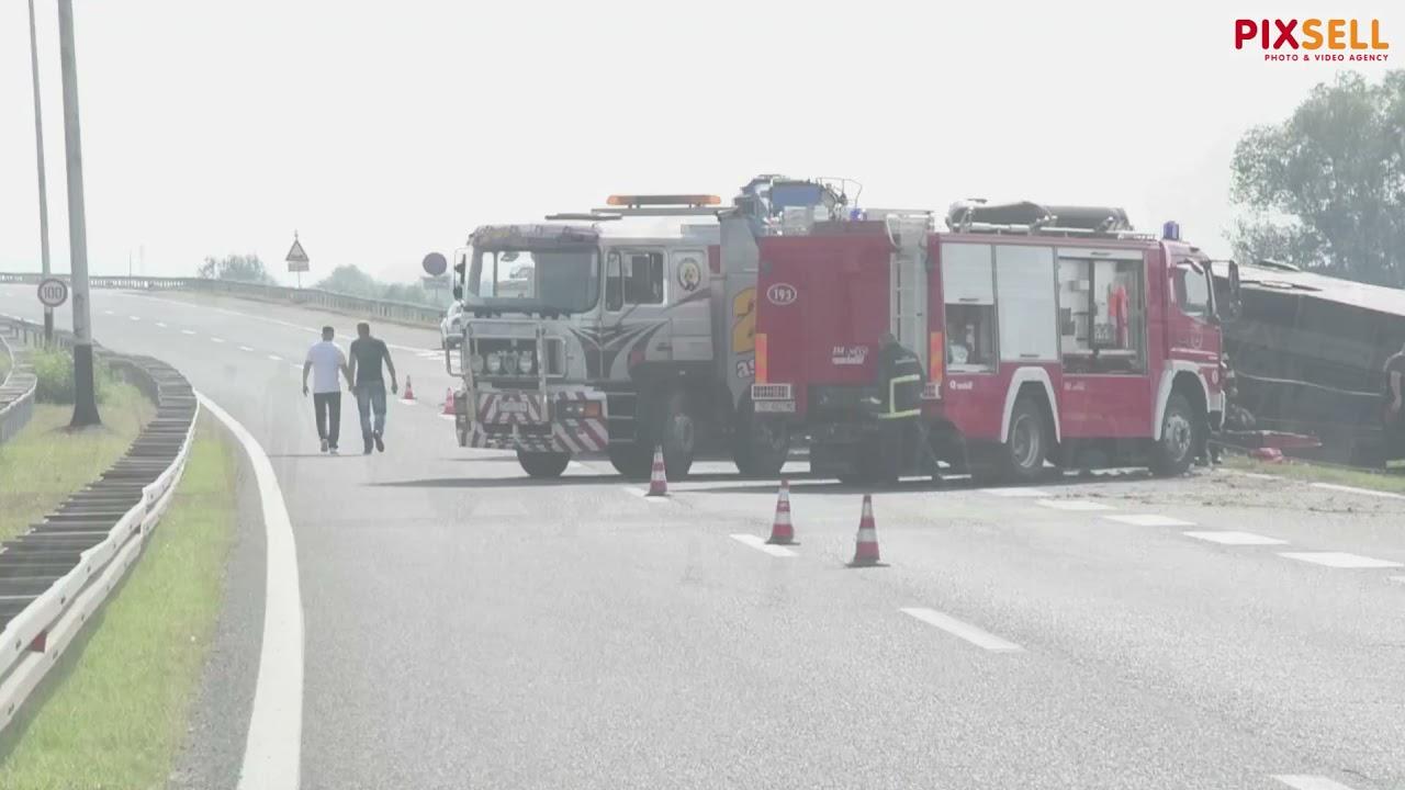 Teška nesreća kod Slavonskog Broda: Prevrnuo se autobus - YouTube