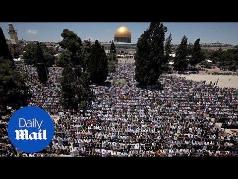 Ramadan in Gaza: Thousands worship at Al-Aqsa mosque - Daily Mail