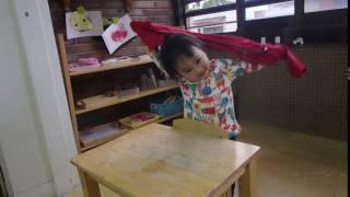 兩歲幼兒以蒙特梭利方法穿外套