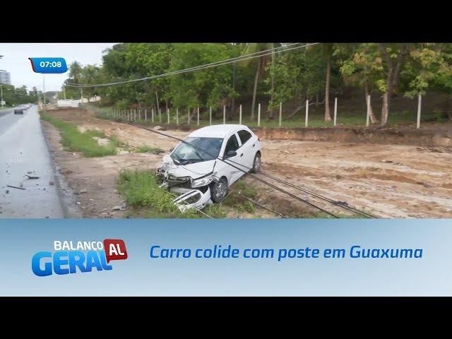 Carro colide com poste em Guaxuma