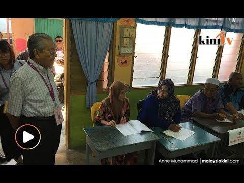 9: 50 pagi: Dr M 'pantau' pusat mengundi
