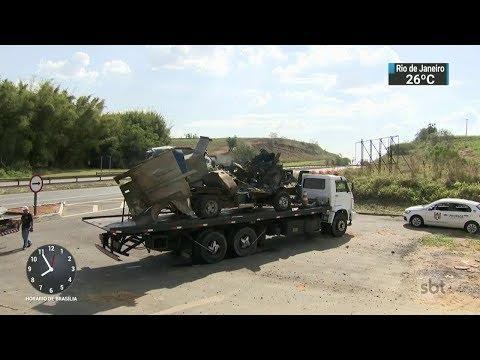 Bando armado explode carro-forte em rodovia no interior de São Paulo | SBT Brasil (06/10/17)