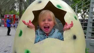 Alicia jugar en el parque de Dinosaurios - Historias divertidas para niños