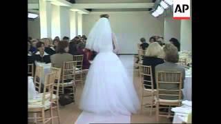 USA: CAROLINA HERRERA MODELS SUMMER BRIDES FASHION COLLECTION