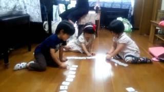 ピアノにつながるリトミックをしています。 3歳児クラスではカードを使...