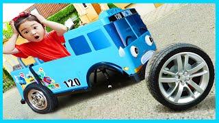 Boram joue la et des jouets de roue de sur les voitures