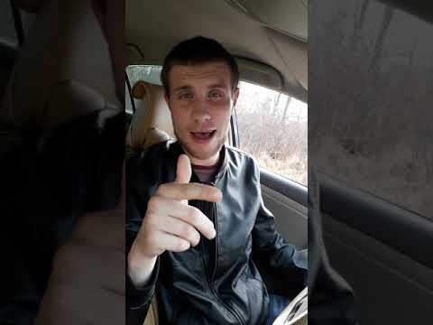 Парень читает рэп в машине