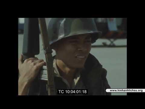 Trao trả tù binh Việt Cộng tại sân bay Biên Hòa năm 1974