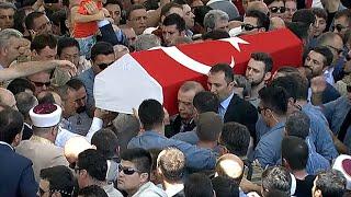 Download lagu Recep Tayyip Erdogan helps carry coffin of Turkey coup victim MP3