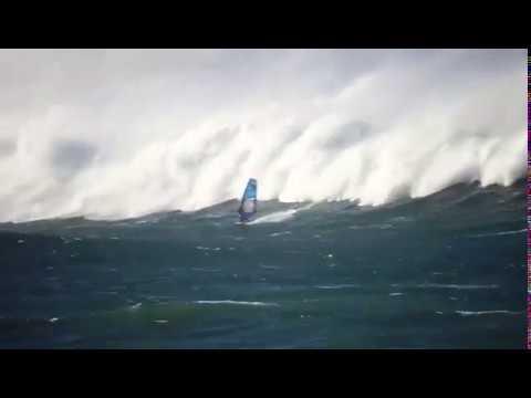 El windsurfista Thomas Traversa desafía las olas en la costa ribadense