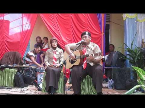 Lagu Tenda Oleh Kak Arsyad drummer L O Band beserta istri pada acara pernikahannya