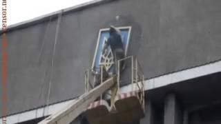 Террористы сняли герб Украины со здания горисполкома Макеевки  ВИДЕО   Горловка, Краматорск, Мариупо