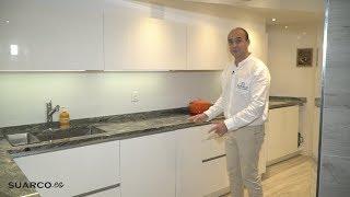 Cocina pequeña blanca !!de formas imposibles!! perfil gola y encimera de granito