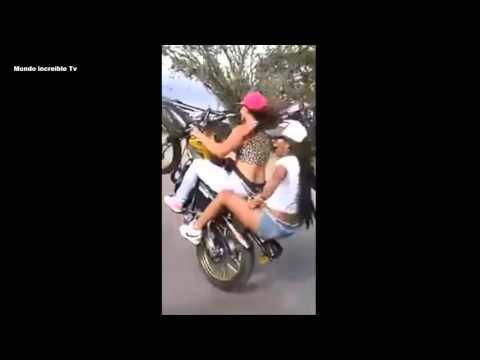 chicas en motos en caballito y piruetas .