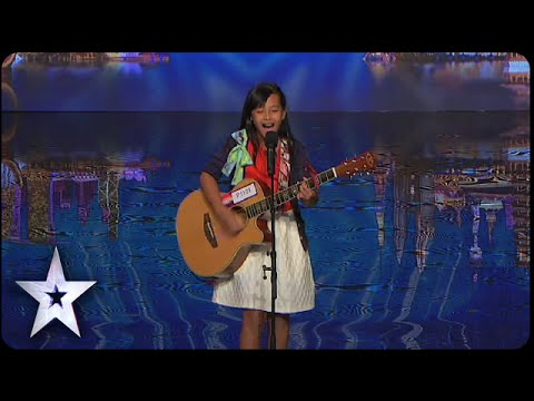 "Gwyneth Makes Crowd ""Roar"" 