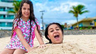 SARAH BRINCA  e se DIVERTI com a mamãe na AREIA DA PRAIA