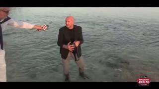 Ales Movia entra in mare vestito e stappa il magnum di