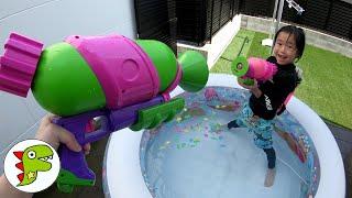 レオくんが外のプールで水遊びをするよ!スプラトゥーンの水鉄砲であそぶよ! トイキッズ