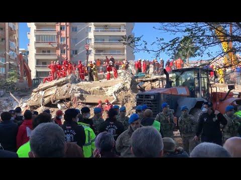 Terremoto en Turquía: Rescatan con vida a 3 niños que estaban bajo los escombros