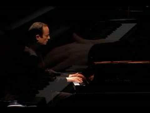 Ilya Itin plays Mussorgsky (vaimusic.com)