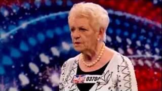 Senhora de 80 anos surpreende ao cantar no Britain