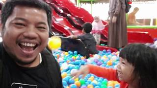 Video Lucu Anak Main Perosotan | Bermain Perosotan dan Mandi Bola | Permainan Anak Perempuan