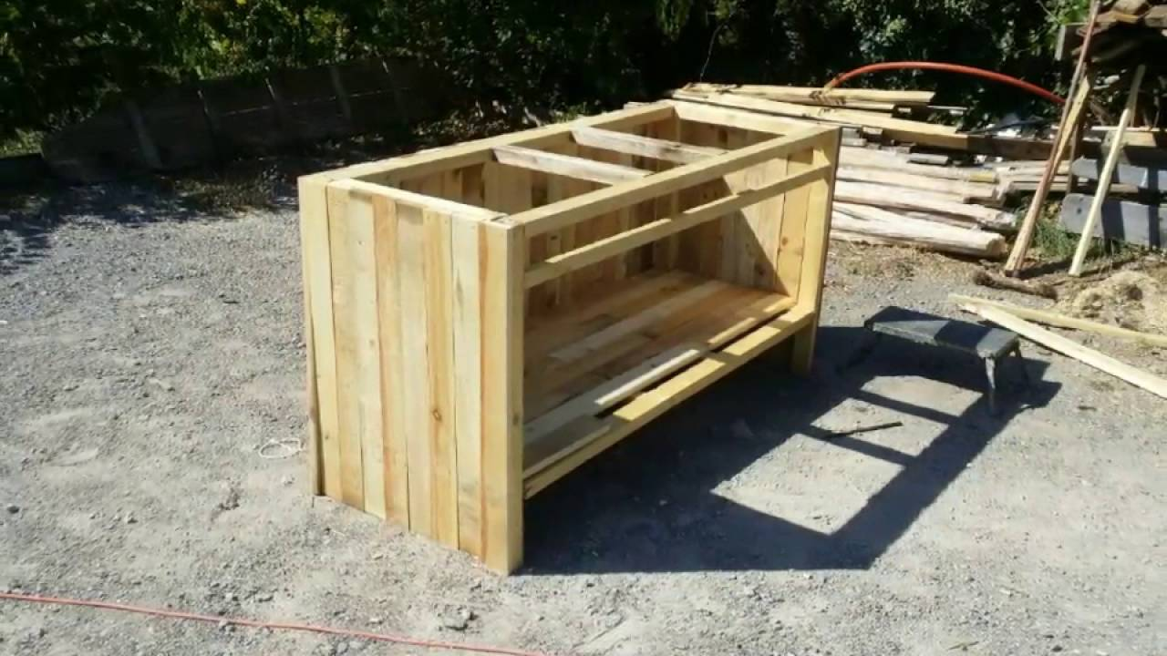 Fabrication bar en bois de palette youtube for Table exterieur palette