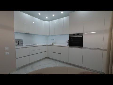 Угловая кухня белый глянец с фурнитурой Блюм. Столешница искусственный камень. Кухни Киев.